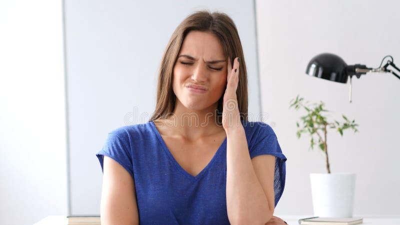 Mulher bonita que gesticula a dor de cabeça, esforço no trabalho foto de stock royalty free