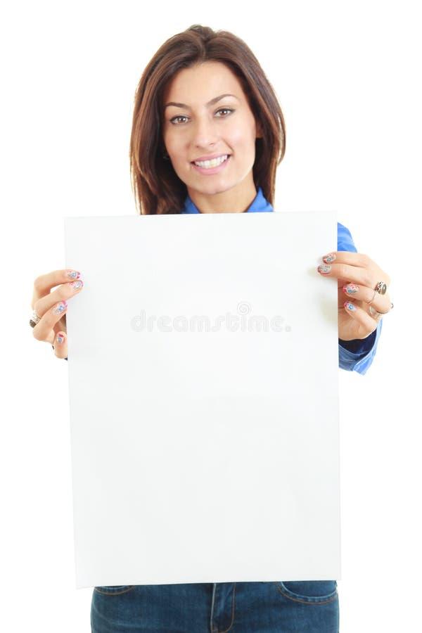 Mulher bonita que guarda o sorriso vazio da bandeira da placa fotografia de stock