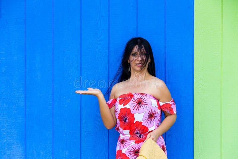 Mulher bonita que guarda para fora sua mão vazia foto de stock royalty free