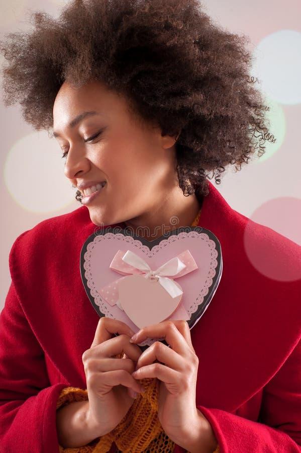 Mulher bonita que guarda sua caixa de presente do coração do Valentim imagem de stock