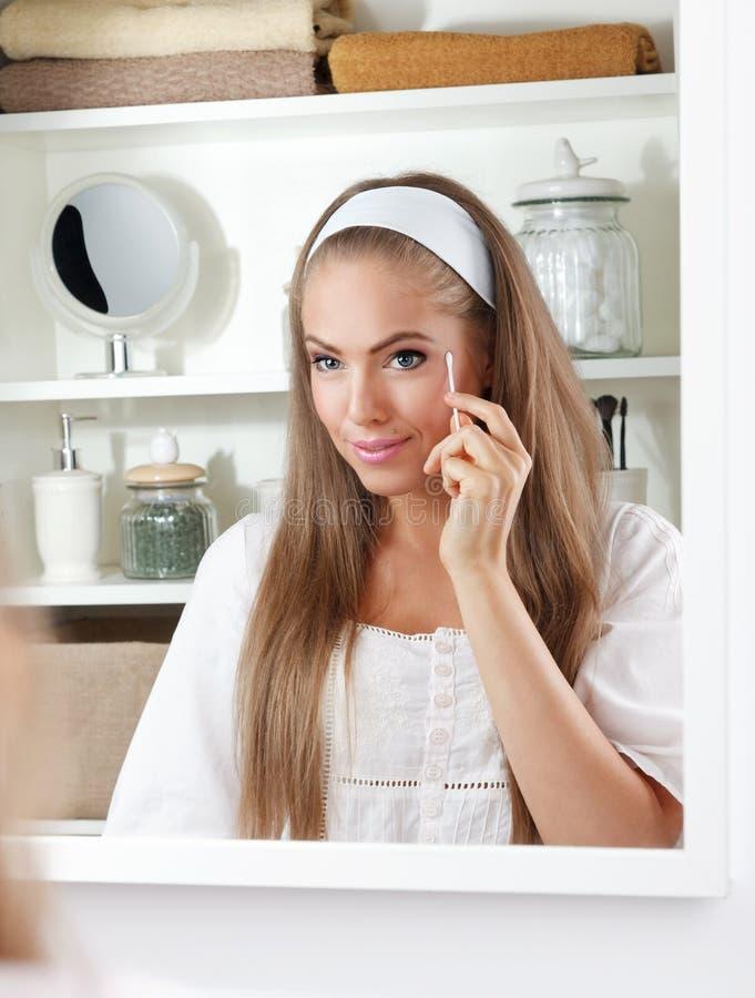 Mulher bonita que guarda um cotonete de algodão fotos de stock