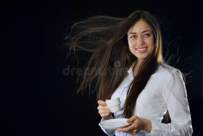 Mulher bonita que guardara a chávena de café fotos de stock