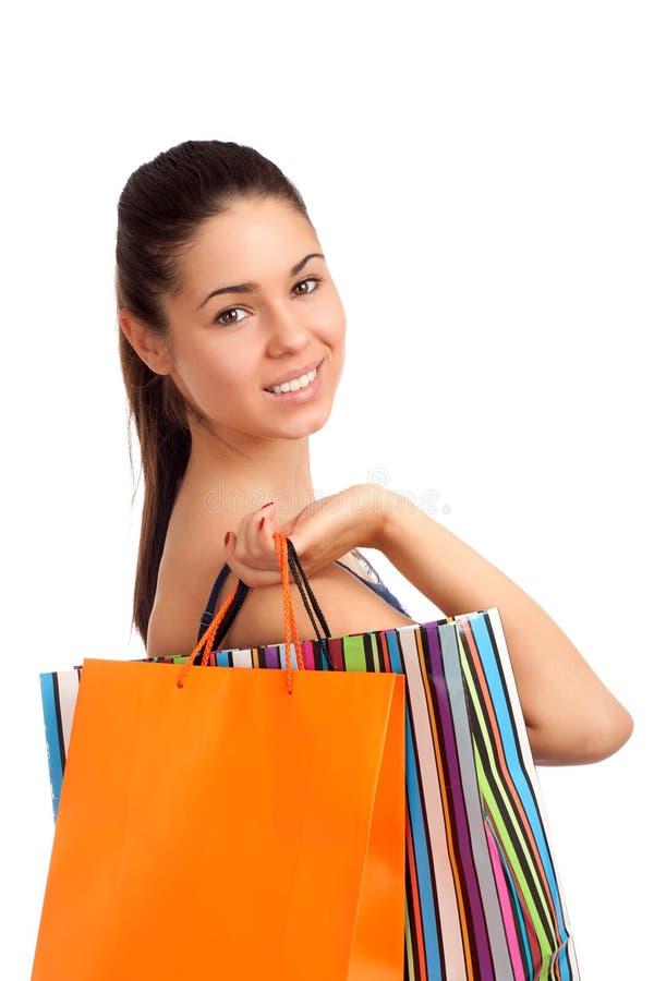 Mulher bonita que guardara sacos de compras foto de stock