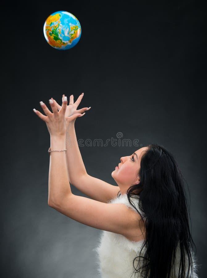 Download Mulher Bonita Que Guardara Um Globo Imagem de Stock - Imagem de globo, mapa: 29830349