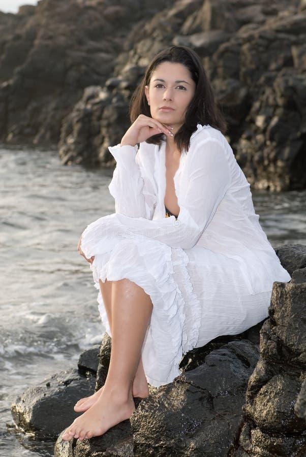Mulher bonita que levanta nas rochas fotos de stock
