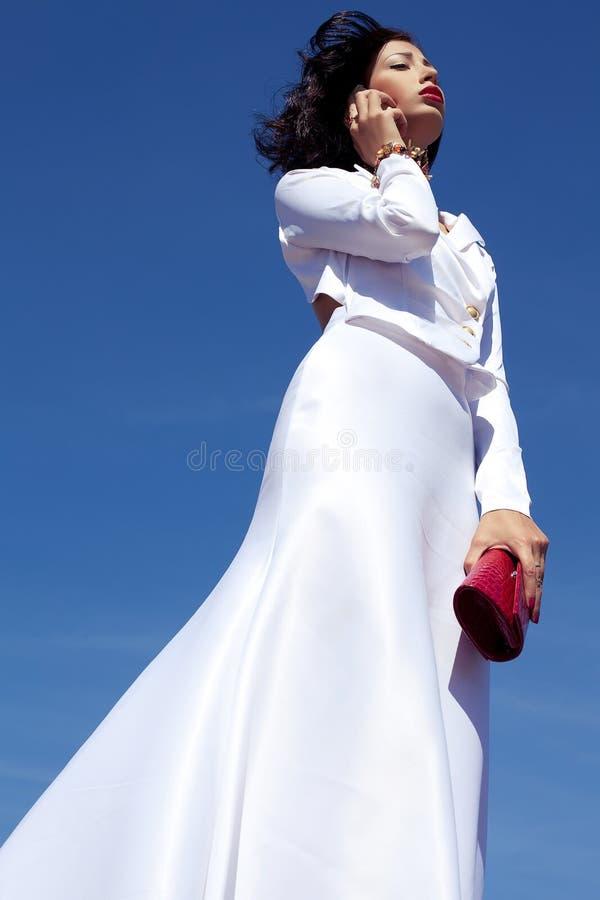 Mulher bonita que levanta no vestido branco elegante do atlas imagens de stock