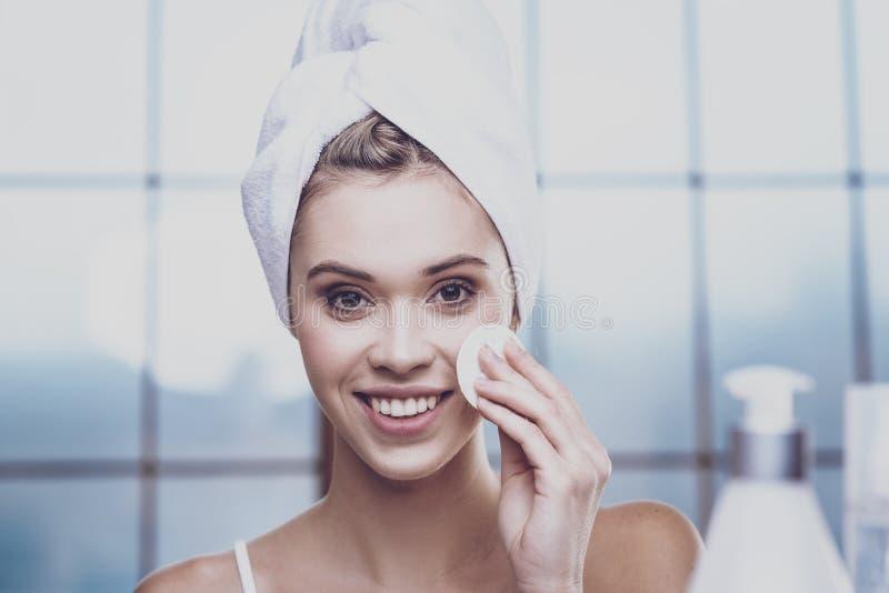 Mulher bonita que limpa sua face fotos de stock royalty free