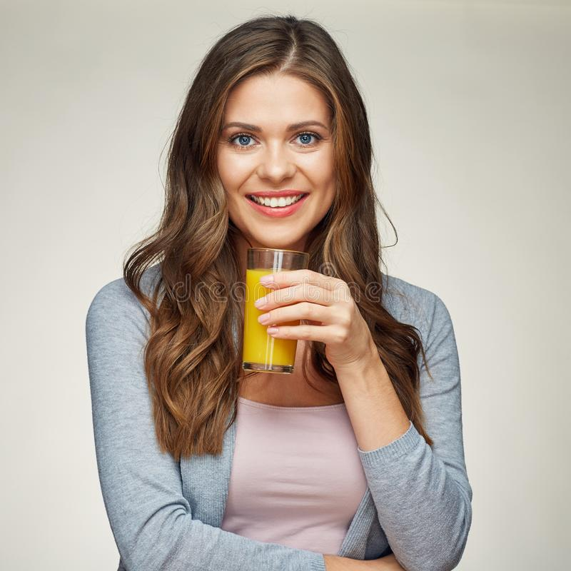 Mulher bonita que mantém o suco de laranja de vidro Menina de sorriso fotos de stock