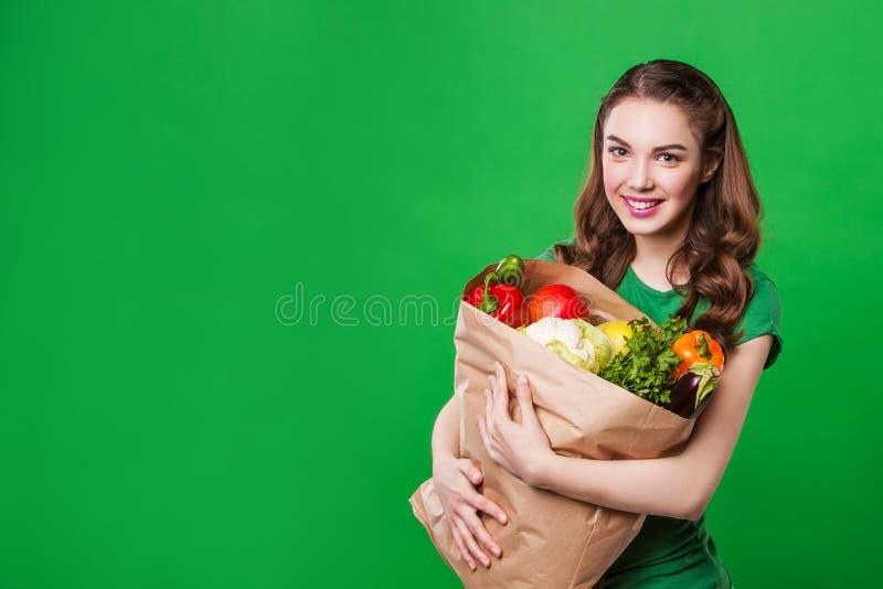 Mulher bonita que mantém um saco de mantimento completo de imagens de stock