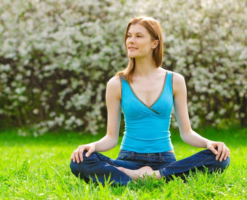 Mulher bonita que meditating ao ar livre fotos de stock royalty free