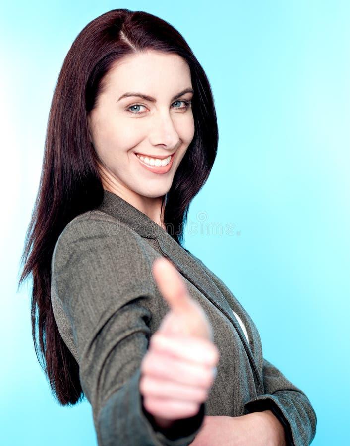 Mulher bonita que mostra os polegares acima fotografia de stock
