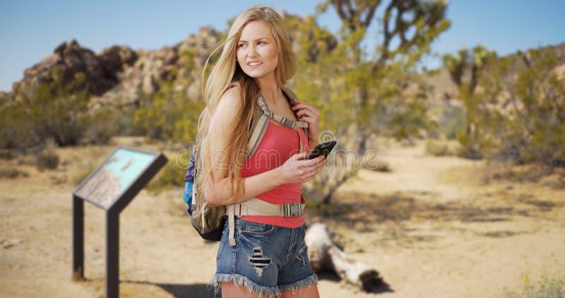 Mulher bonita que navega com o usi de Joshua Tree National Park imagens de stock royalty free