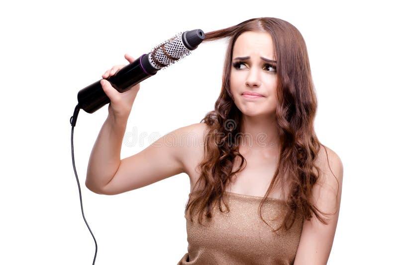 A mulher bonita que obtém lhe o cabelo feito com secador de cabelo isolou o fotografia de stock