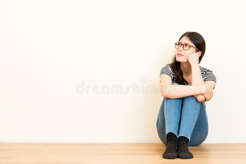 Mulher bonita que olha preocupada foto de stock