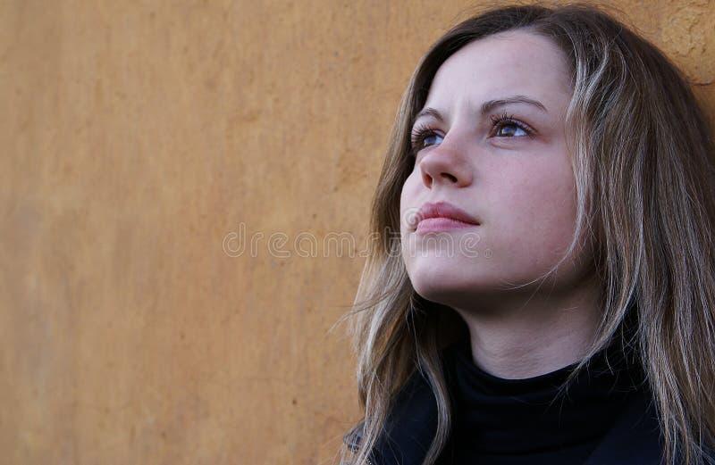 Mulher bonita que olha a um céu fotografia de stock royalty free