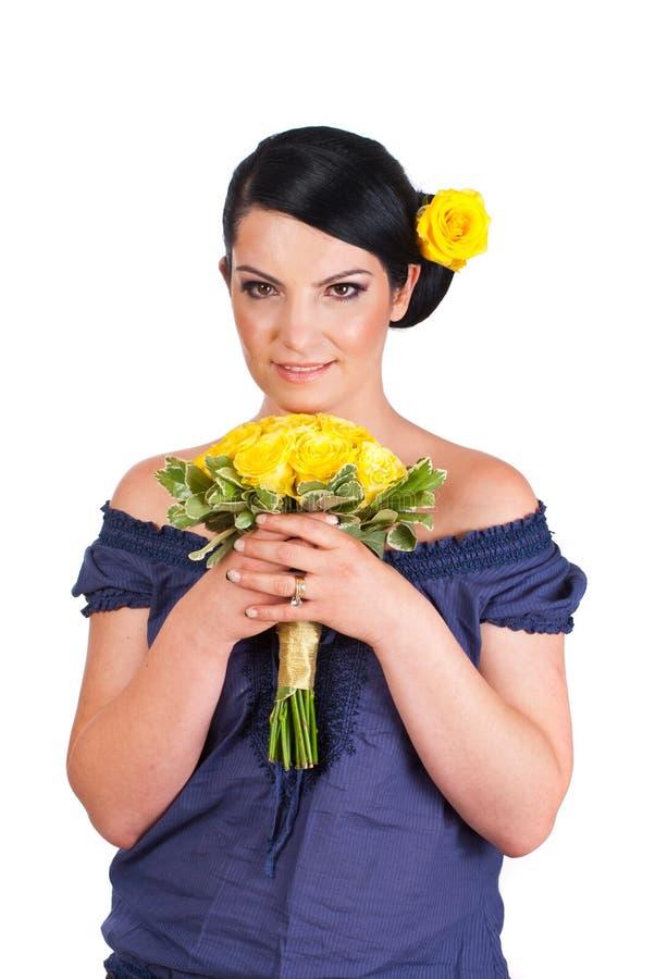 Mulher bonita que prende o ramalhete amarelo das rosas fotos de stock