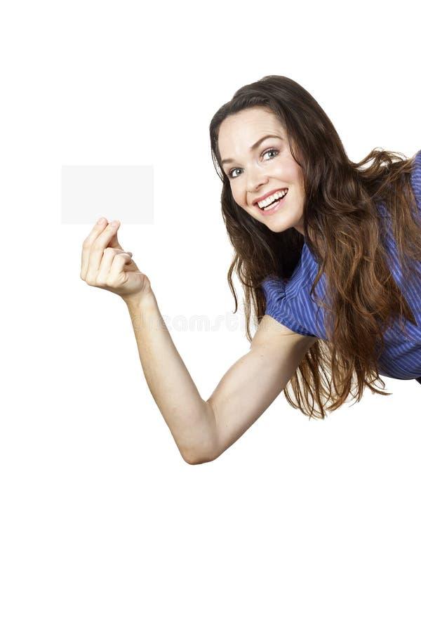 Mulher bonita que prende um cartão em branco fotos de stock