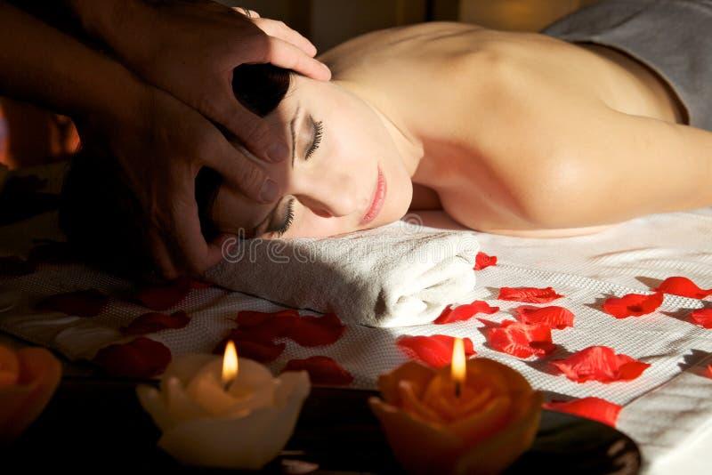 Mulher bonita que recebe a massagem principal, foto do close up fotografia de stock