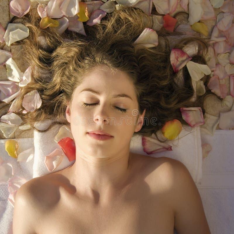 Mulher bonita que relaxa. foto de stock