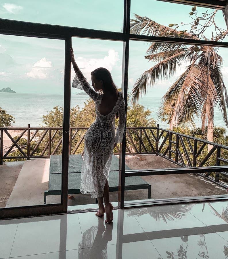 Mulher bonita que relaxa em férias foto de stock
