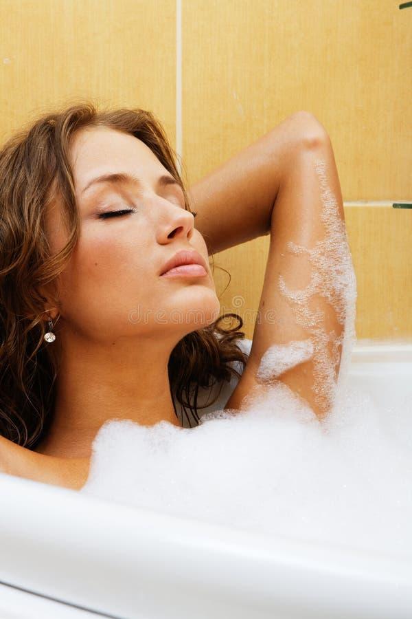 Mulher bonita que relaxa em um banho fotos de stock royalty free