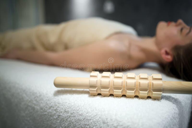 Mulher bonita que relaxa na cama da massagem fotografia de stock