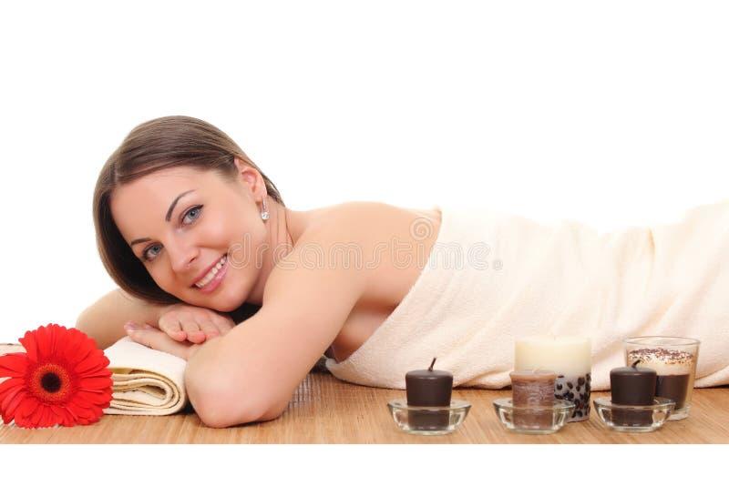 Mulher bonita que relaxa nos termas Isolado no branco imagem de stock