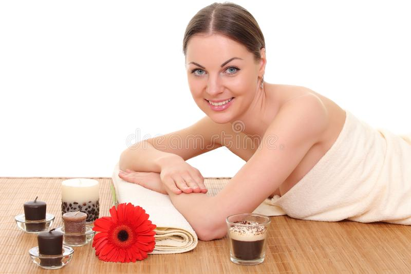 Mulher bonita que relaxa nos termas Isolado no branco fotos de stock
