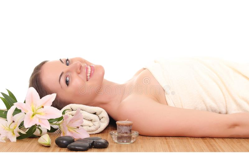 Mulher bonita que relaxa nos termas Isolado no branco fotografia de stock royalty free