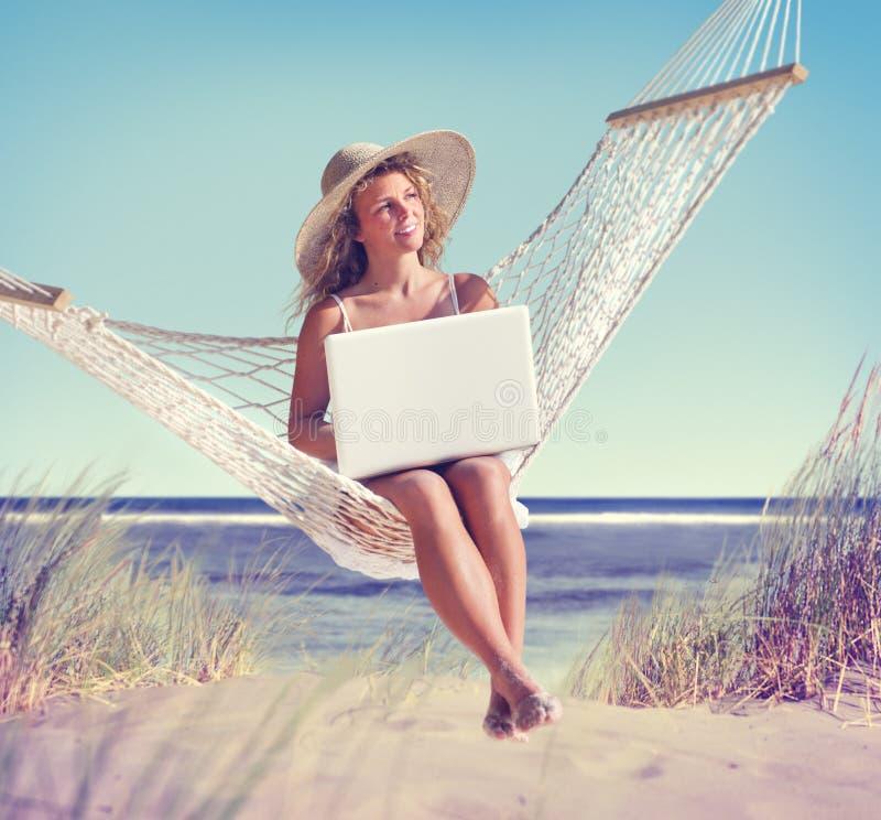 Mulher bonita que senta-se em uma rede pela praia imagens de stock royalty free