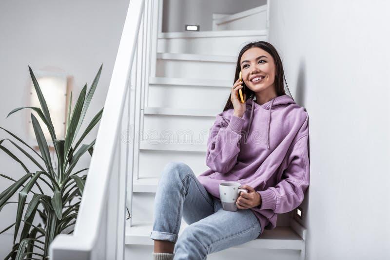Mulher bonita que sorri ao receber a chamada de seu noivo fotos de stock royalty free