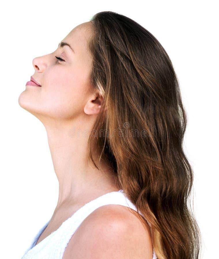 Mulher bonita que sorri, vista lateral, isolada no branco fotografia de stock