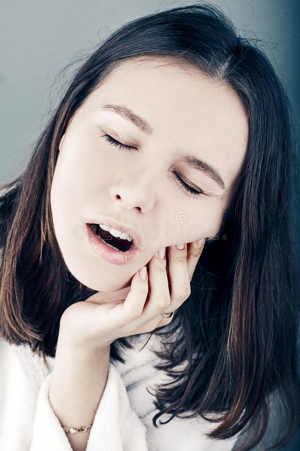 Mulher bonita que tem ascendente próximo da dor de dente fotos de stock royalty free