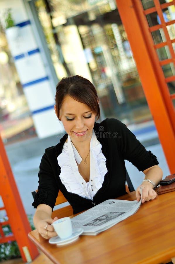 Mulher bonita que tem o almoço imagens de stock royalty free