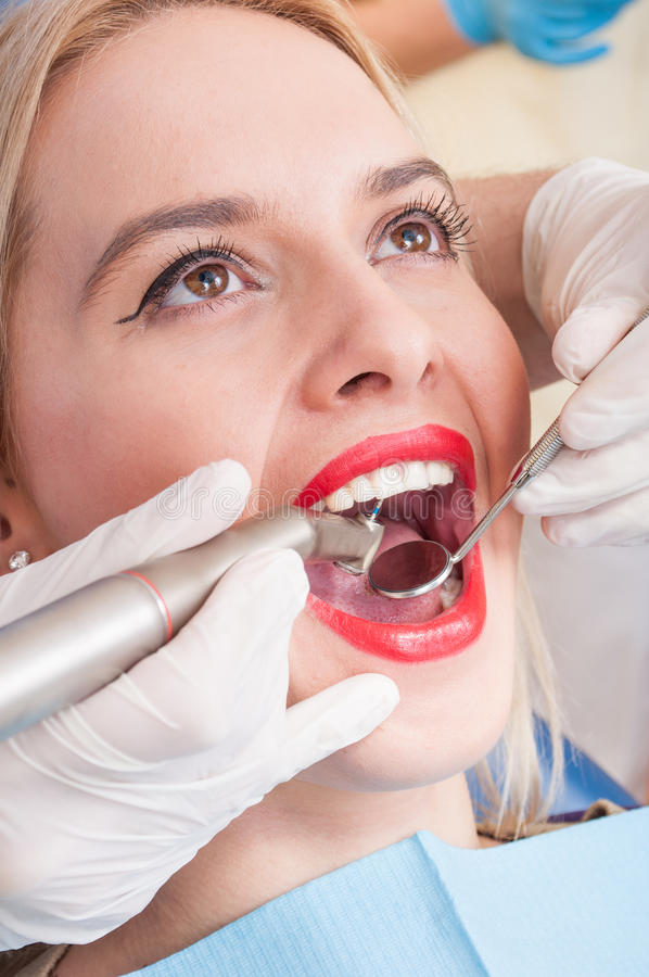 Mulher bonita que tem o exame dental fotografia de stock