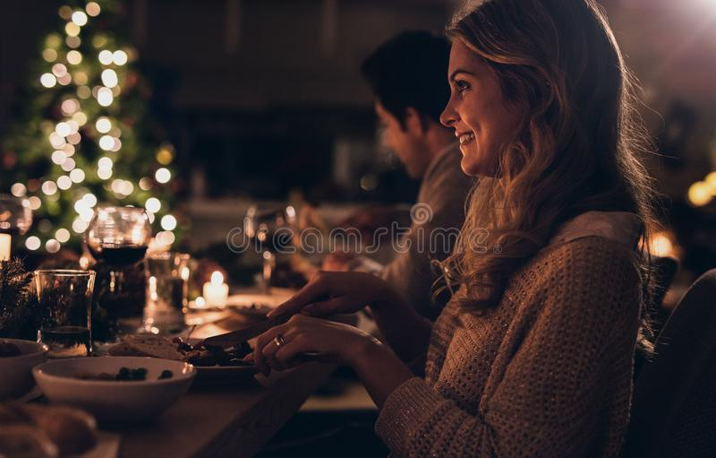 Mulher bonita que tem o jantar de Natal com família fotos de stock