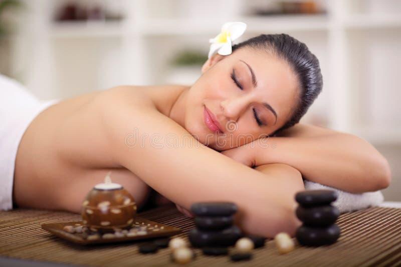 Mulher bonita que tem tratamentos da beleza no salão de beleza dos termas foto de stock royalty free