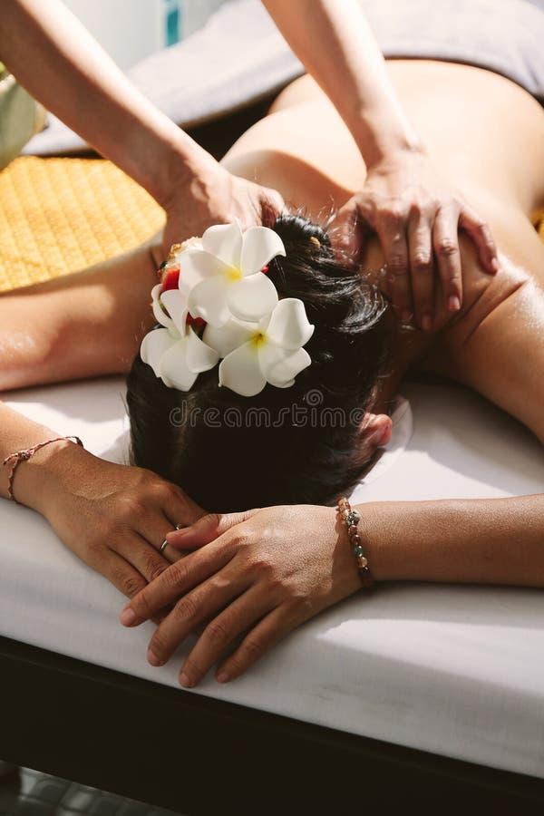 Mulher bonita que tem uma massagem da parte traseira do bem-estar imagens de stock royalty free