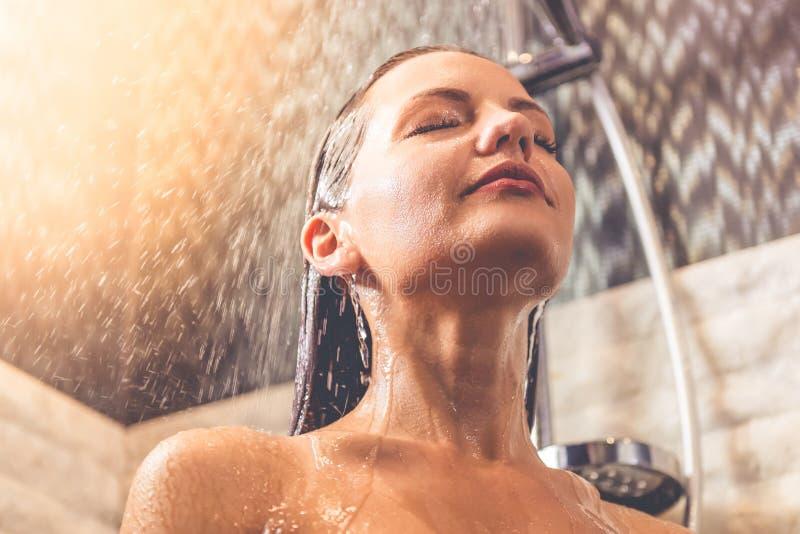 Mulher bonita que toma o chuveiro fotografia de stock
