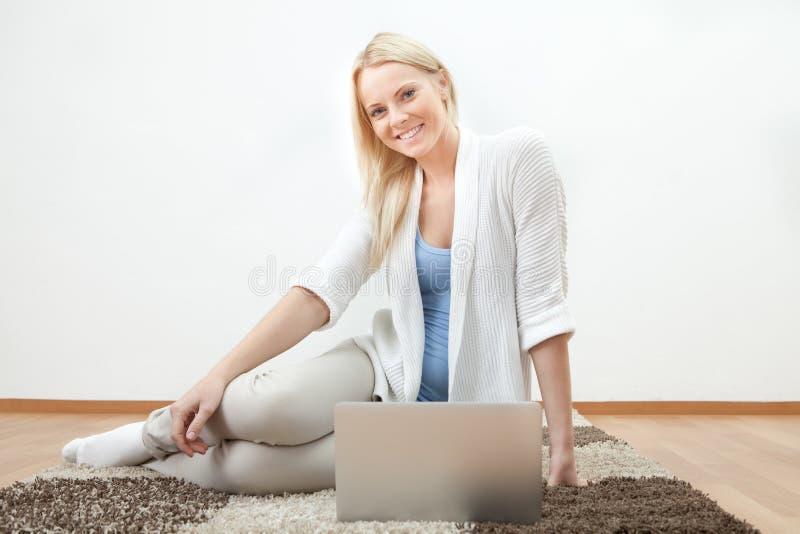 Mulher bonita que trabalha no computador imagens de stock royalty free