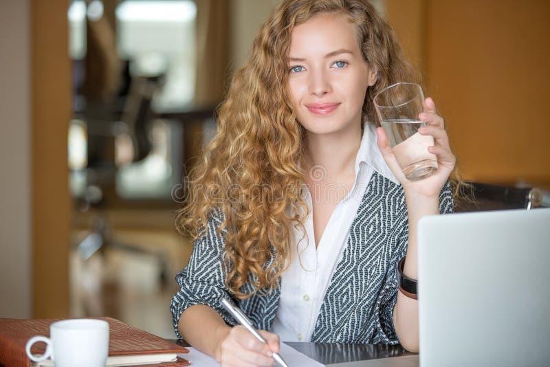Mulher bonita que trabalha no escritório imagens de stock