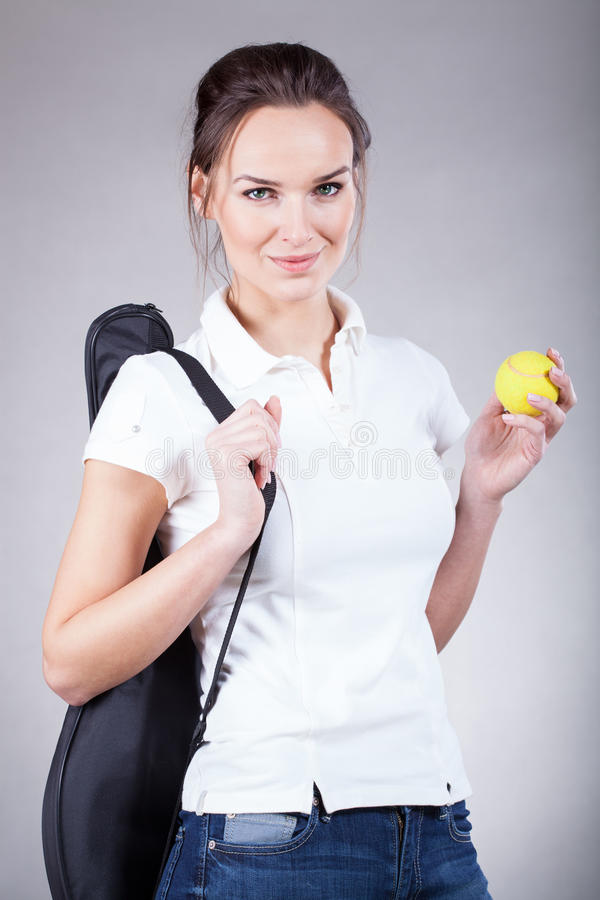 Mulher bonita que vai para o tênis fotografia de stock royalty free
