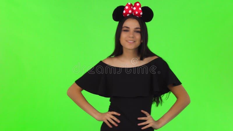 Mulher bonita que veste as orelhas de rato macias que levantam playfully fotografia de stock royalty free