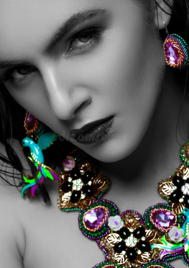Mulher bonita que veste a joia luxuosa exótica imagens de stock royalty free