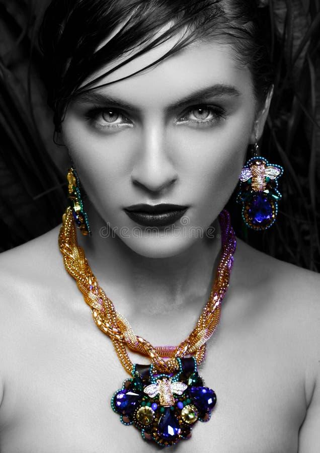 Mulher bonita que veste a joia luxuosa exótica fotografia de stock