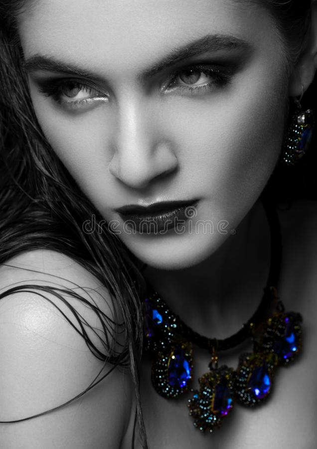 Mulher bonita que veste a joia luxuosa exótica imagem de stock