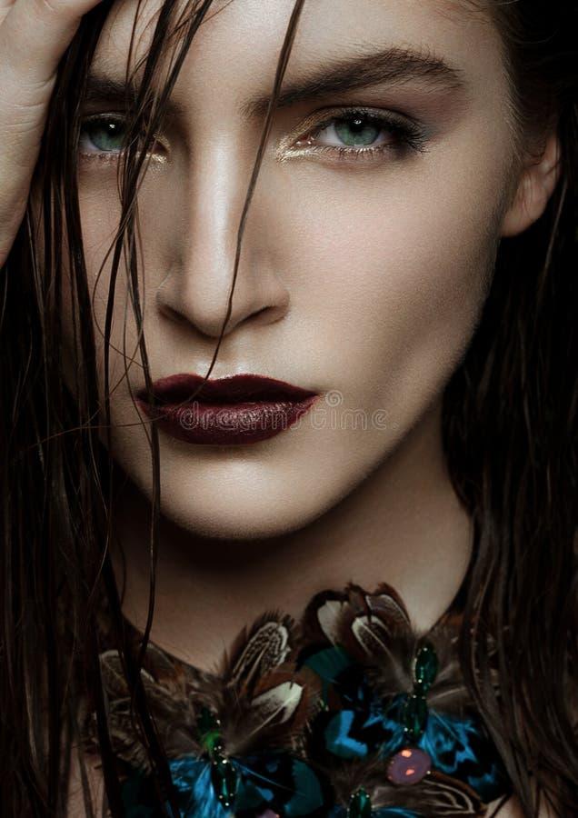 Mulher bonita que veste a joia tropical exótica fotografia de stock