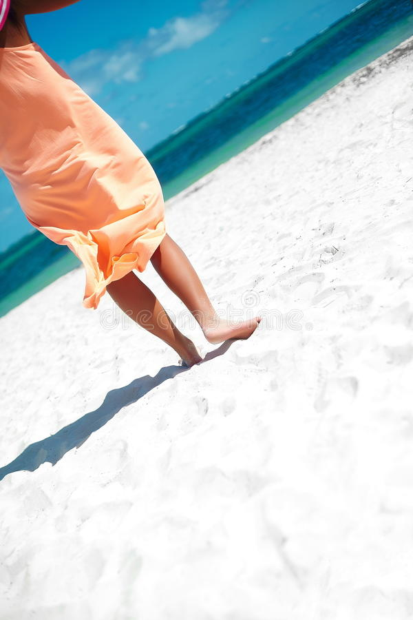 Mulher bonita quente no vestido que anda perto da praia fotos de stock royalty free