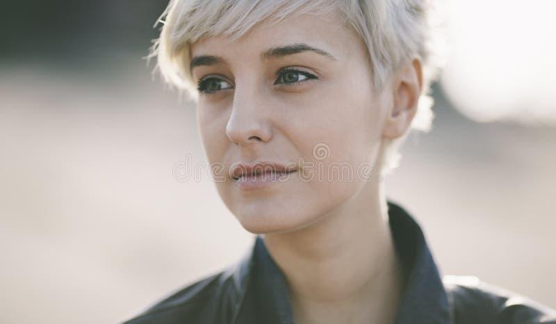 Mulher bonita real que aprecia a vida imagem de stock