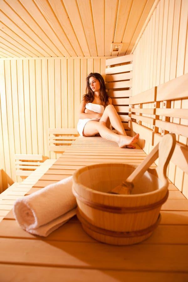 Mulher bonita Realxing na sauna finlandesa imagens de stock
